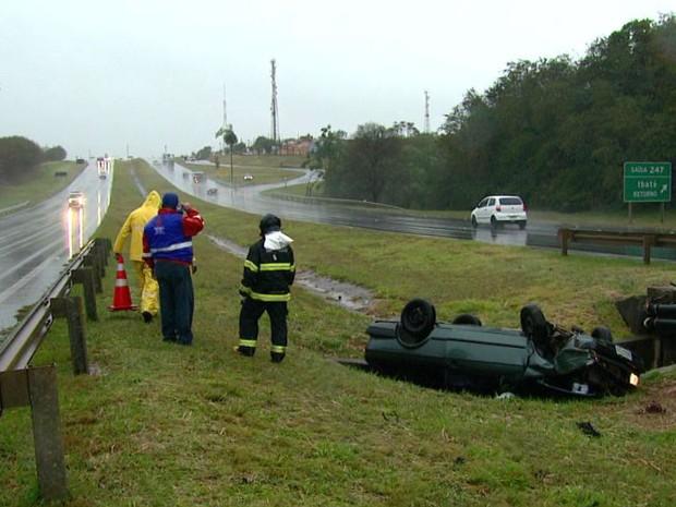 Motorista disse que foi fechado por caminhão e que perdeu o controle do veículo (Foto: Reprodução/EPTV)