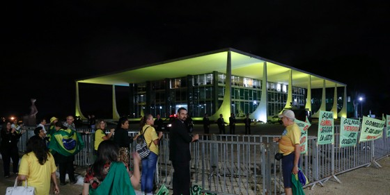 Manifestantes diante do STF, na noite desta terça-feira, contra a decisão de revogar a prisão preventiva de José Dirceu (Foto: Aílton de Freitas/Agência O Globo)