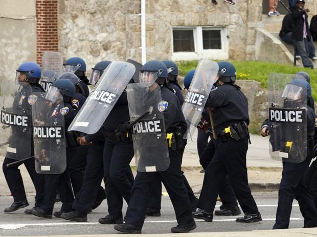 Policiais tentam conter manifestantes em Baltimore, na segunda (27), durante protesto pela morte de Freddie Gray (Foto: AP Photo/Jose Luis Magana)