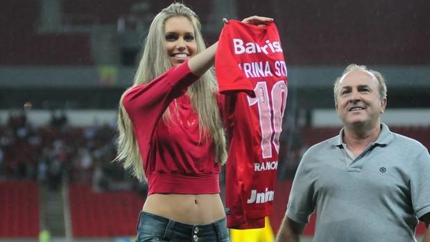 Garota Verão ganha camiseta no novo Beira-Rio (Alexandre Lops/Divulgação Inter)