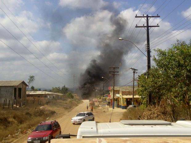 Fumaça de pneus pode ser vista de longe em Laranjal do Jari, no Amapá (Foto: John Pacheco/G1)