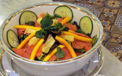 Salada tropical de salmão e pepino com molho de mostarda e maracujá