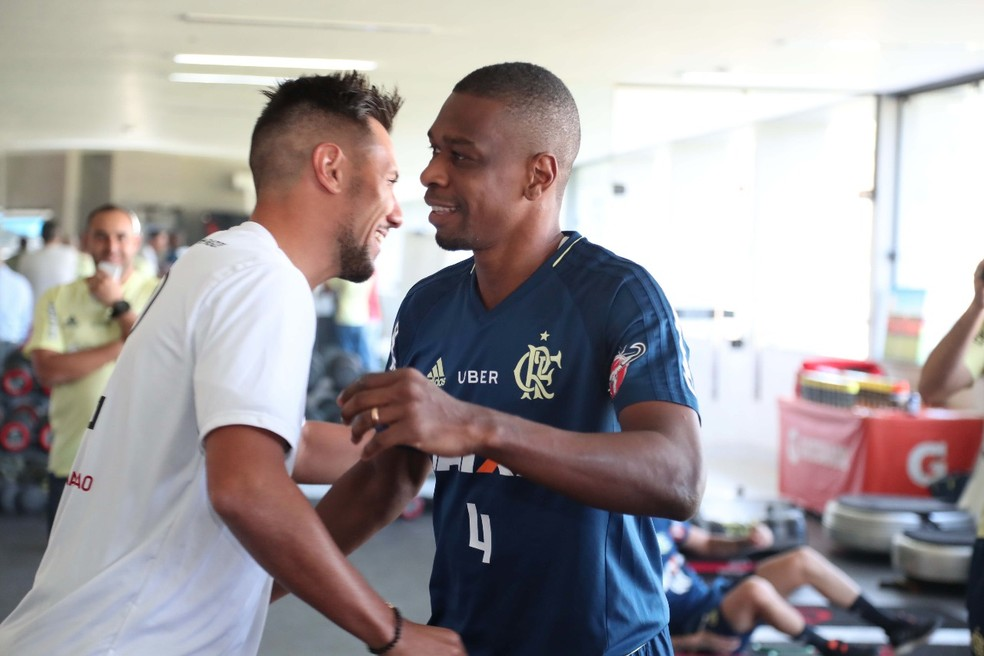 Diego cumprimenta Juan: goleiro conheceu novos companheiros de time do Flamengo (Foto: Gilvan de Souza / Flamengo.com.br)
