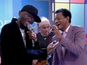 Rappin Hood e Jair Rodrigues cantam 'Disparada rap' no Encontro com Fátima Bernardes, em julho de 2013 (Foto: Reprodução/TV Globo)