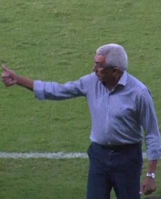 Givanildo Oliveira deixa o campo após ser expulso (Foto: Reprodução/Premiere)