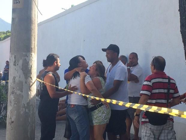 Familiares da vítima estavam no local (Foto: Matheus Rodrigues/G1)