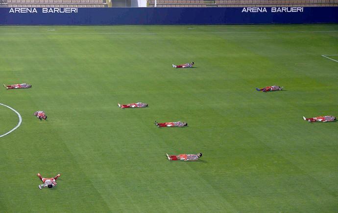 jogadores do Operário deitados jogo Barueri (Foto: Marcos Bezerra / Futura Press)