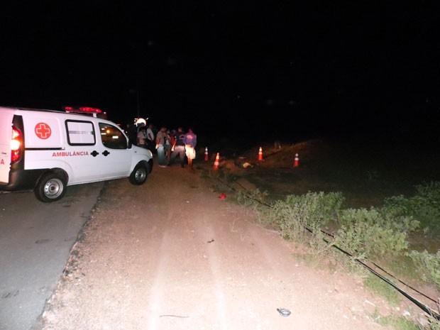 Ambulância ainda foi chamada ao local do acidente, mas a vítima não resistiu aos ferimentos (Foto: Josenilton Claudino/G1)
