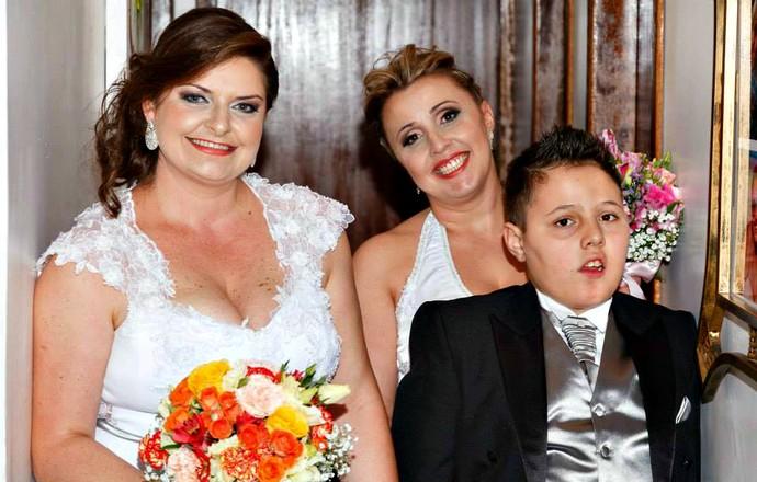 Sidnéia Fonseca e Fabrícia Adriana Heck com o filho, Jean. A família é de Blumenau (SC) (Foto: Arquivo Pessoal)
