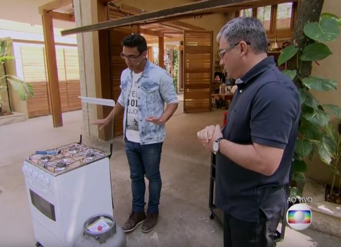 André Marques dá dicas de segurança para o botijão de gás (Foto: TV Globo)