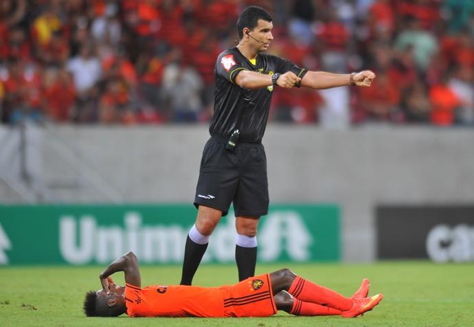 Érico Júnior sente (Foto: Aldo Carneiro/Pernambuco Press)