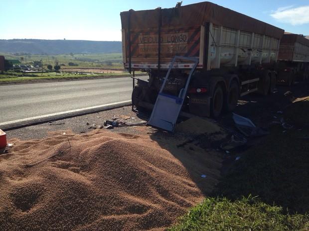 Veículo de turismo bateu na traseira de uma carreta  (Foto: Felipe Pugliese/ TV TEM)