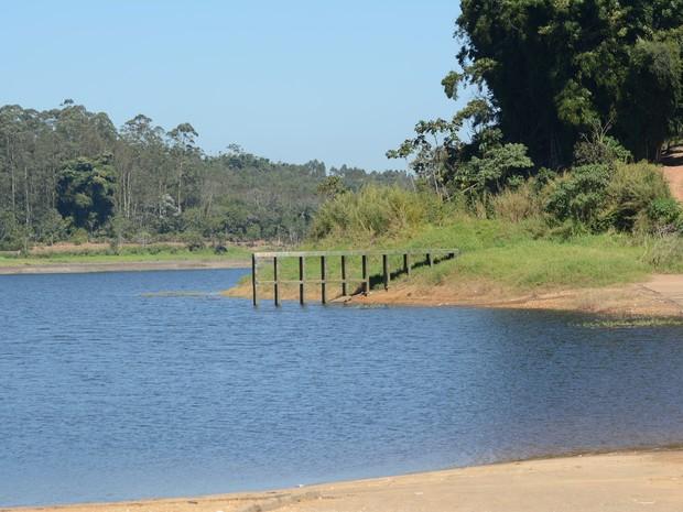 Em Taiaçupeba, moradores medem o volume de água da Represa do Rio Jundiaí pelo pier de madeira (Foto: Maiara Barbosa/ G1)