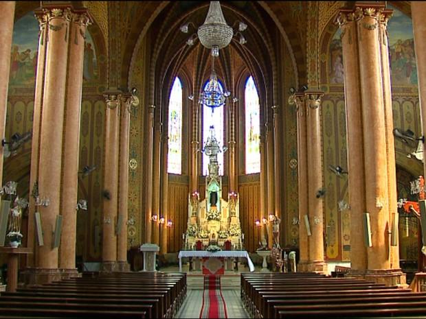 Igreja Matriz tem belos vitrais (Foto: Felipe Lazzarotto/EPTV)