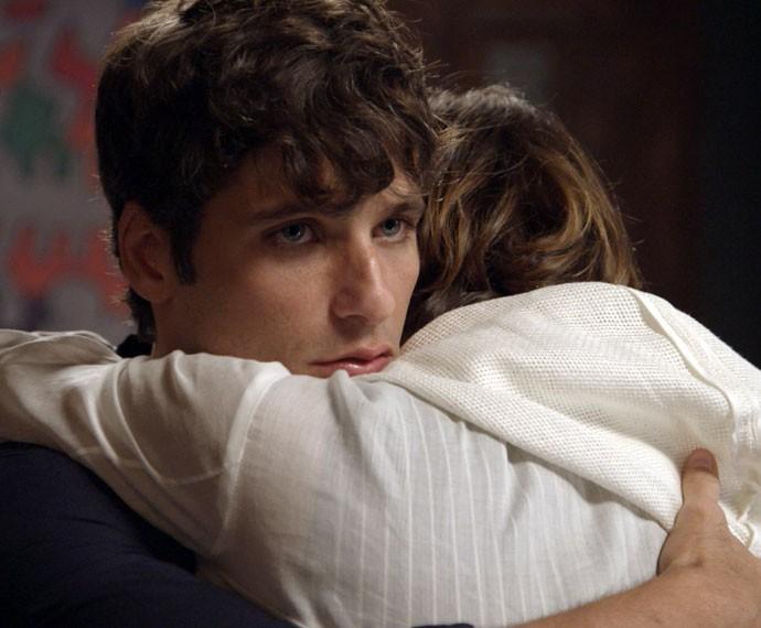 Murilo abraça a amada após convencê-la a se mudar (Foto: TV Globo)