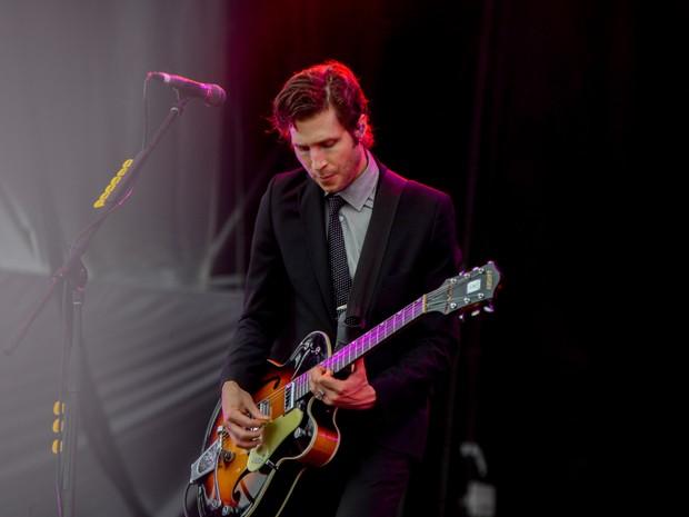 O guitarrista do Interpol, Daniel Kessler, se apresenta com a banda no palco principal (Foto: Caio Kenji/G1)