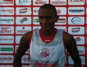 Isac, atacante do América-RN (Foto: Matheus Magalhães/GLOBOESPORTE.COM)
