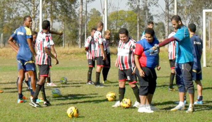 Jogadores do Penapolense recebem alunos da Apae (Foto: Silas Reche / CAP)
