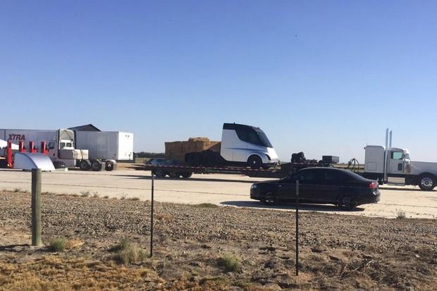 Caminhão da Tesla aparece em primeiro flagra (Foto: Reprodução / Reddit)