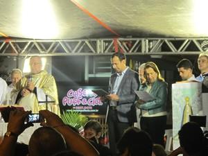Dom Jacyr celebra missa; prefeito Paulo Alexandre Barbosa ao lado (Foto: Rodrigo Martins/ G1)