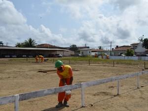 Homens começaram a trabalhar na obra nesta quarta-feira (Foto: Abinoan Santiago/G1)