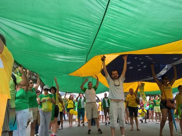 MANIFESTAÇÃO/RIO (14H04): Manifestantes carregam bandeirão do Brasil. (Foto: Lilian Quaino / G1)