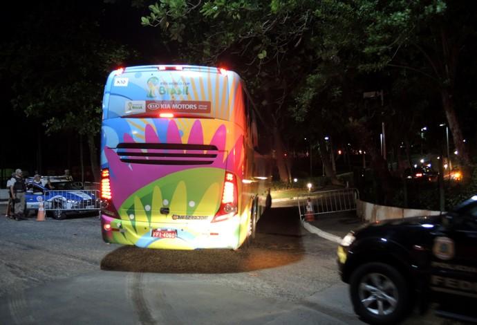 Ônibus Irã Chegada ao Hotel em Salvador (Foto: Raphael Carneiro)