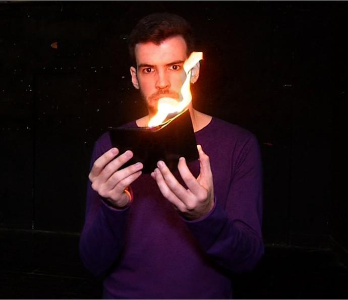 Mágico surpreendeu com os vários truques que fez (Foto: Plugue)