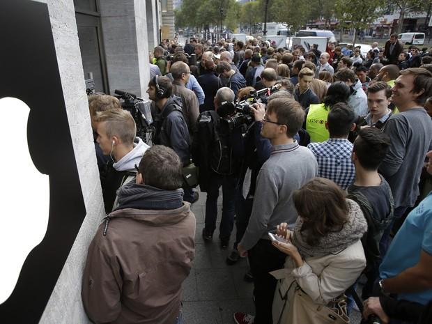Pessoas aguardam pelo lançamento do novo iPhone 6 em frente a uma loja da Apple em Berlim, na Alemanha, nesta sexta. (Foto: AP Photo/Michael Sohn)