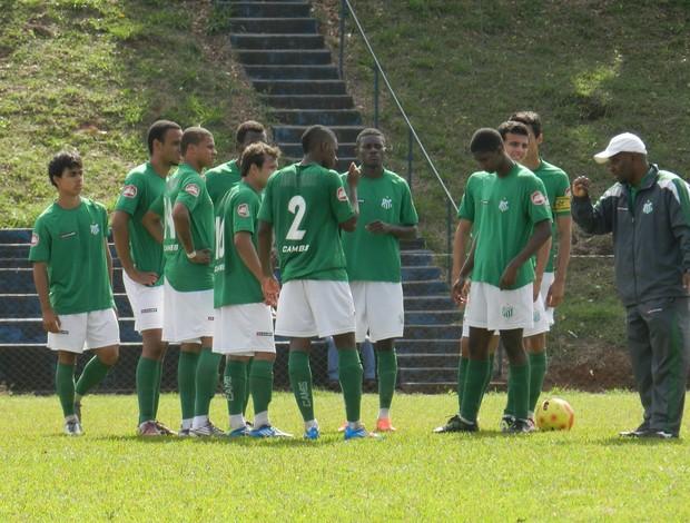 Verdinho em campó em jogo contra o Araxá (Foto: Felipe Santos/GLOBOESPORTE.COM)
