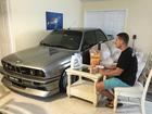Americano põe carro de luxo dentro de casa durante passagem de furacão