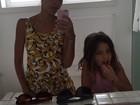 Bela Gil ensina a filha a escovar os dentes com argila