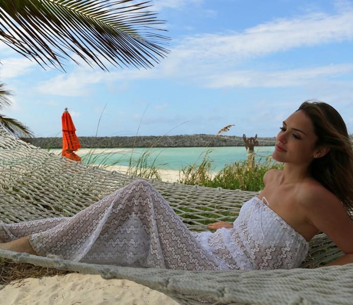 Isabelle relaxa em rede na praia paradisíaca (Foto: Thiago Fontolan/Gshow)