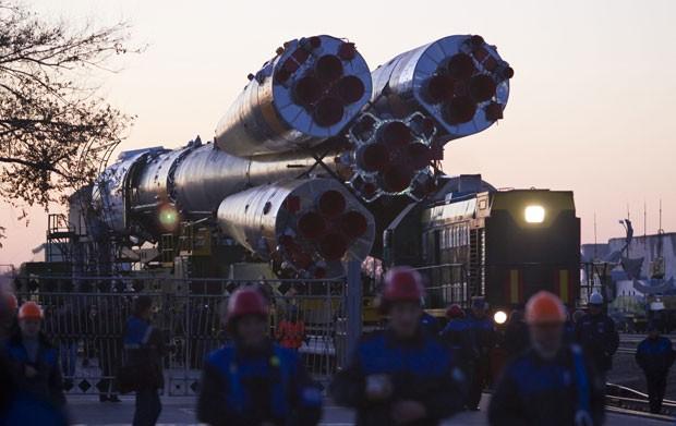 A aeronave, que levará um astronauta americano e outros dois russos para a Estação Espacial, tem previsão de decolagem para esta terça-feira (Foto: Shamil Zhumatov/Reuters)