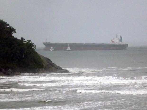 Navio enfrentou problemas para entrar no porto de Santos (Foto: Ivair Vieira Jr./G1)