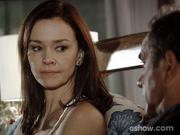 Helena não consegue dormir e diz para Virgílio que não perdoa Laerte (Foto: Em Família/TV Globo)