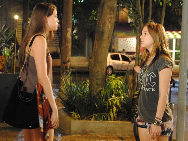 Ju tenta conversar com Lia, mas leva o maior fora da bff (Foto: Malhação / Tv Globo)