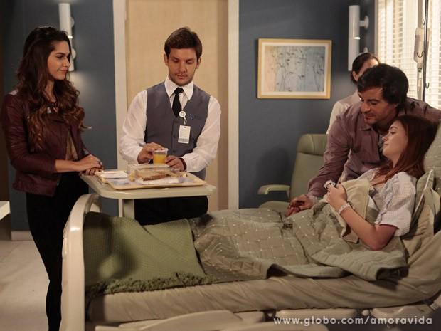 Thales faz o papel de bom namorado sob olhares atentos de Leila (Foto: Amor à Vida / TV Globo)
