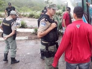 Denúncias foram feitas à polícia informando que eles estavam no ônibus (Foto: Divulgação/ Polícia Militar)