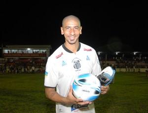 Dono da bola': Acosta, do Santos/AP, ajudou o time a chegar ao título do Campeonato Amapaense 2013 (Foto: Gabriel Penha/GE-AP)