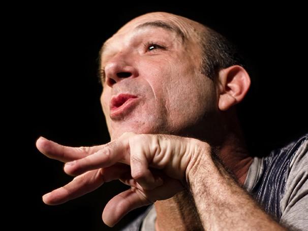 O artista é um dos criadores e intérpretes dos espetáculos 'Buraco da Lacraia Dance Show' (Foto: Divulgação/Thiago Sacramento)