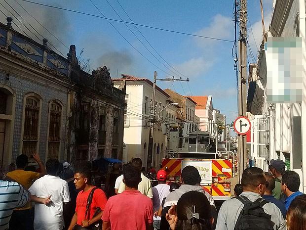 Movimentação de bombeiros e curiosos na rua do Sol, Centro de São Luís (MA) (Foto: João Ricardo Barbosa / G1)