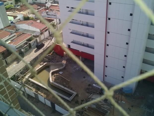 Piscina com água parada e suja em prédio em construção na orla de Petrolina, PE (Foto: Paulo Vieira / Arquivo pessoal)