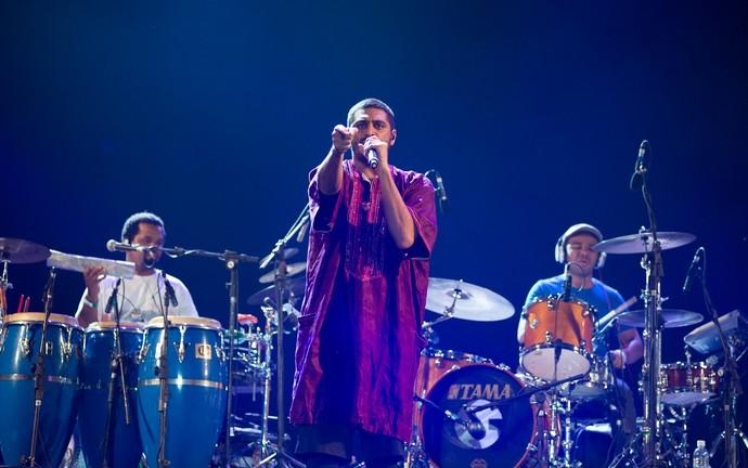 O rapper Criolo canta no palco do João Rock 2015 em Ribeirão Preto, SP (Foto: Érico Andrade/G1)