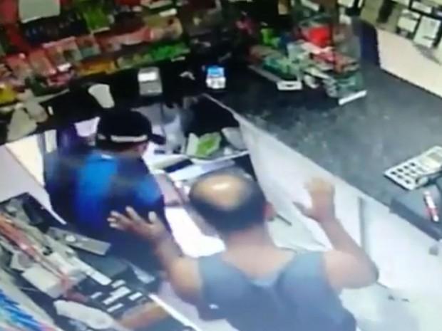 Assaltantes conseguiram roubar R$ 400,00 e aparelhos eletrônicos de padaria em São Vicente (Foto: G1)