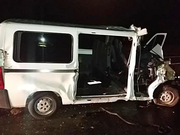 Jovem que morreu no acidente estava sentado no banco da frente da van (Foto: Divulgação/Polícia Rodoviária)