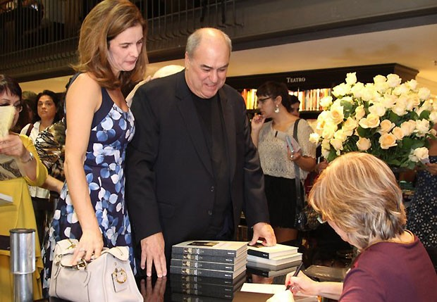 Roberto Irineu Marinho e a mulher, Karen Marinho, recebem o livro autografado da autora, Maria Alice Rezende de Carvalho (Foto: Anderson Borde/Agnews)