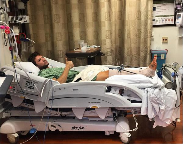 O ator Ryan Phillippe com a perna quebrada em um hospital (Foto: Instagram)