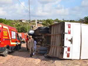 Ônibus com participantes de Iemanjá capota em João Pessoa (Foto: Walter Paparazzo/G1)