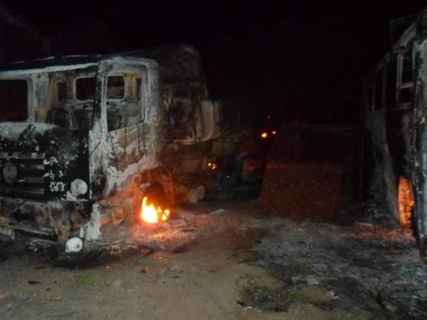 Dois caminhões caçamba incendiados realizavam coleta de lixo em Brejo do Cruz (Foto: Divulgação/PMBC)